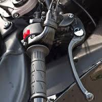 Frenar la moto correctamente para evitar caídas.